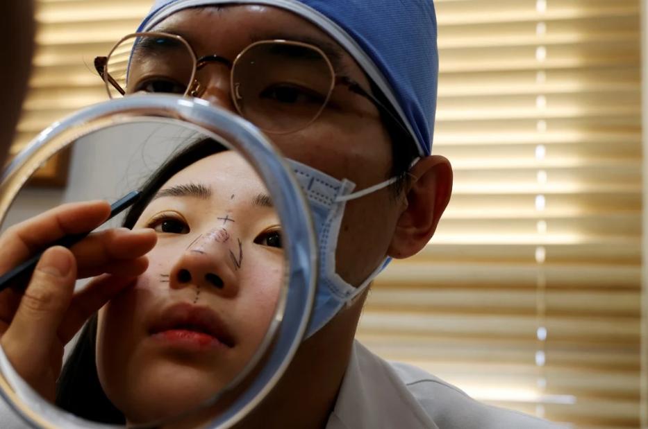 Một phụ nữ chuẩn bị phẫu thuật nâng mũi tại một thẩm mỹ viện ở Seoul. Ảnh: Reuters.