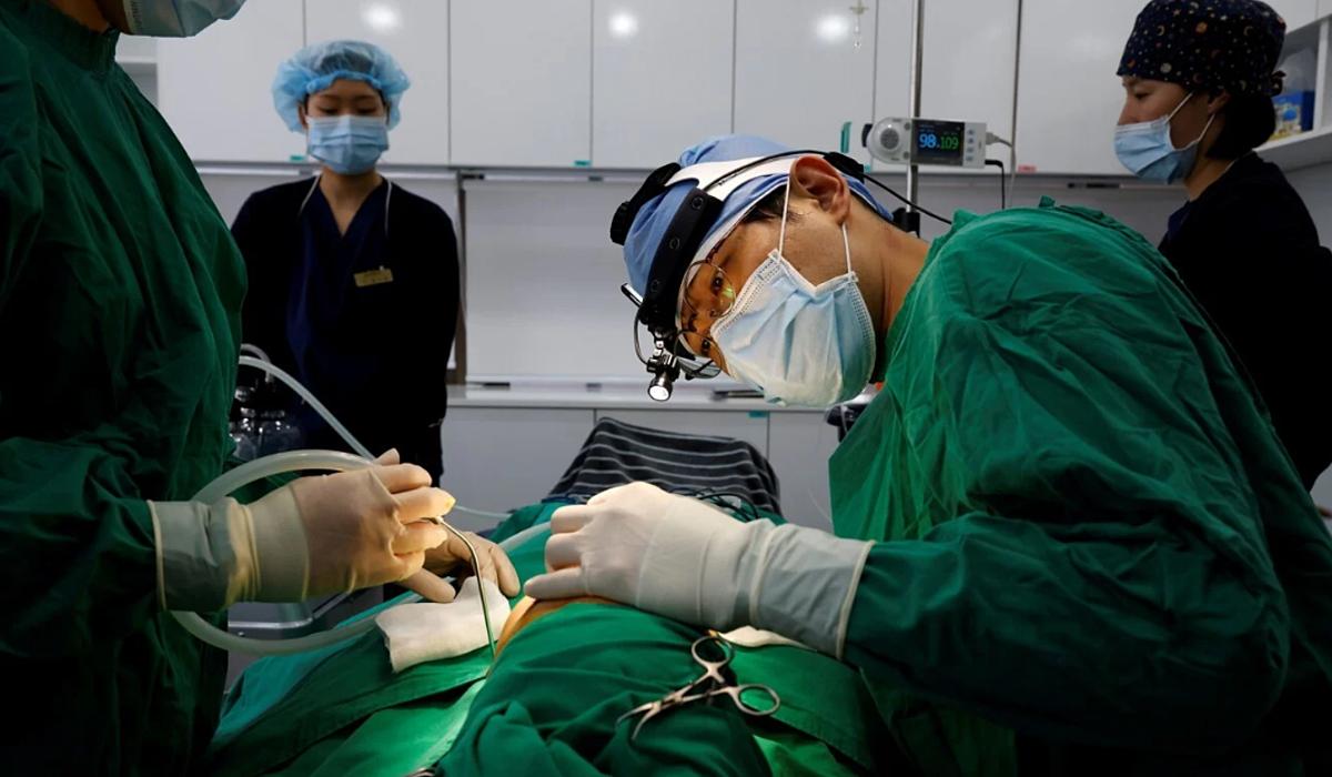 Một bác sĩ đang làm phẫu thuật mũi tại Viện Thẩm mỹ WooAhIn ở Seoul hôm 17/12/2020. Ảnh: Reuters.