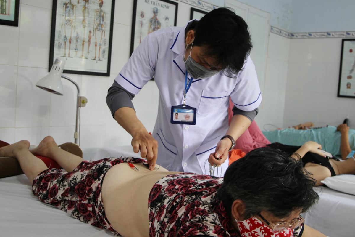 Châm cứu là một phương pháp trong điều trị hiệu quả, không cần dùng thuốc của y học cổ truyền. Ảnh: Thư Anh.