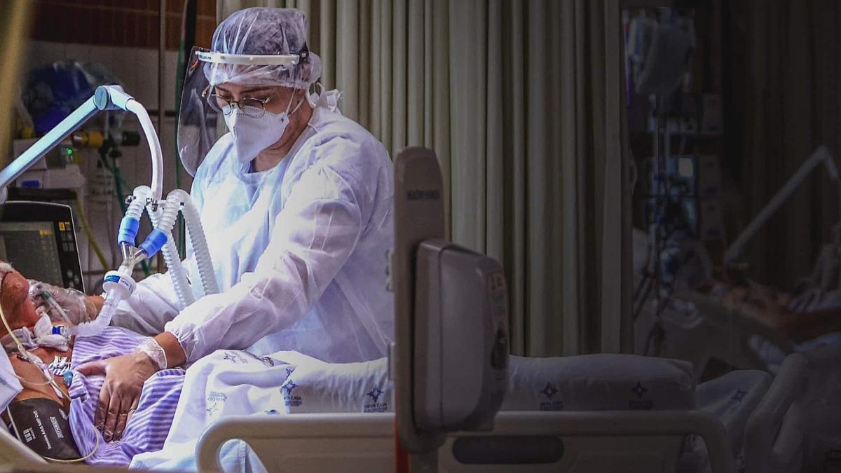 Nhân viên y tế điều trị cho bệnh nhân mắc COVID-19 tại một bệnh viện ở Porto Alegre, Brazil ngày 9/12. Ảnh: AFP
