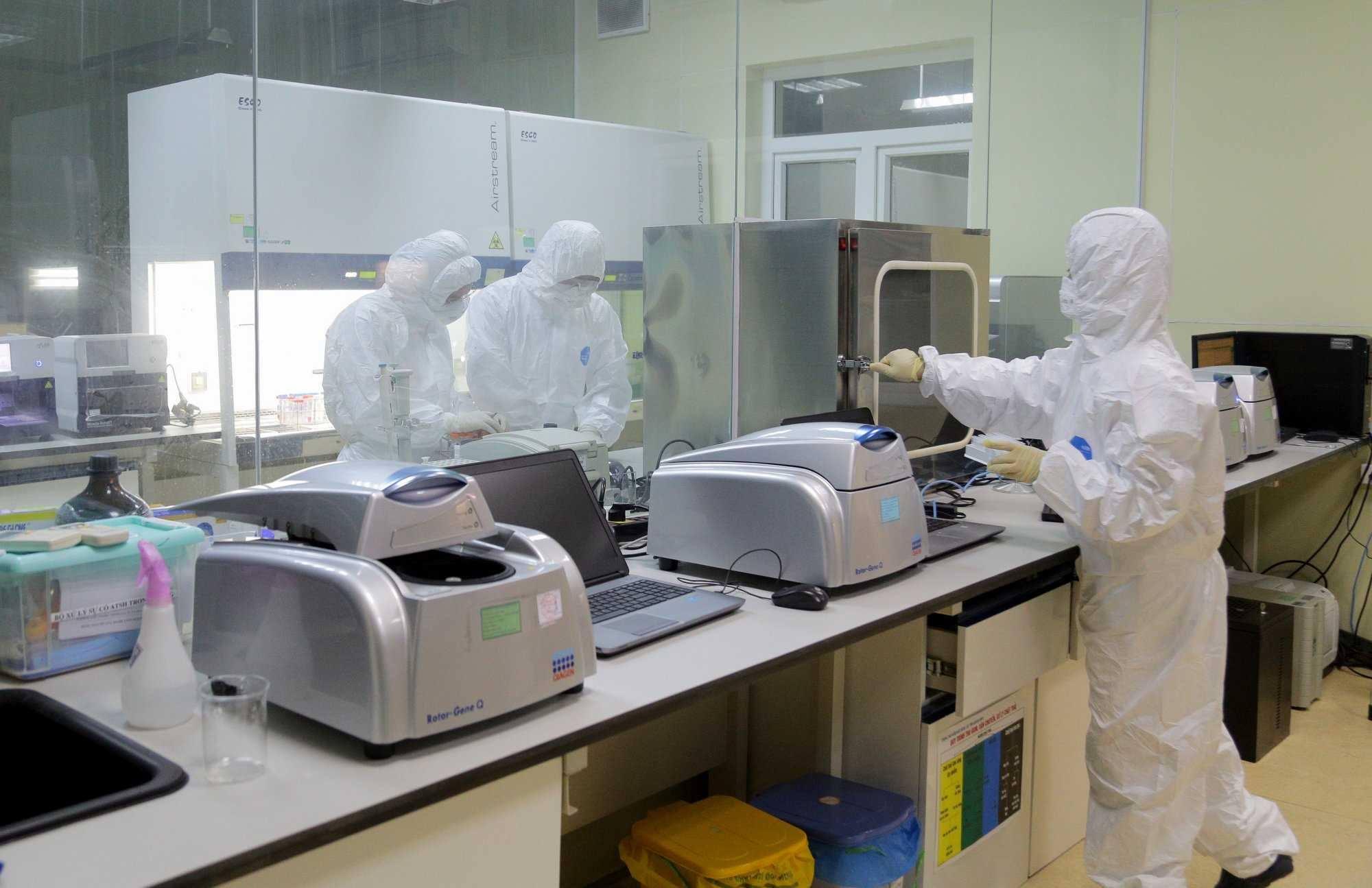 Nhân viên y tế xét nghiệm RT-PCR mẫu bệnh phẩm người tiếp xúc ca bệnh 1553 tại Quảng Ninh tối 27/1. Ảnh: UBND tỉnh Quảng Ninh.