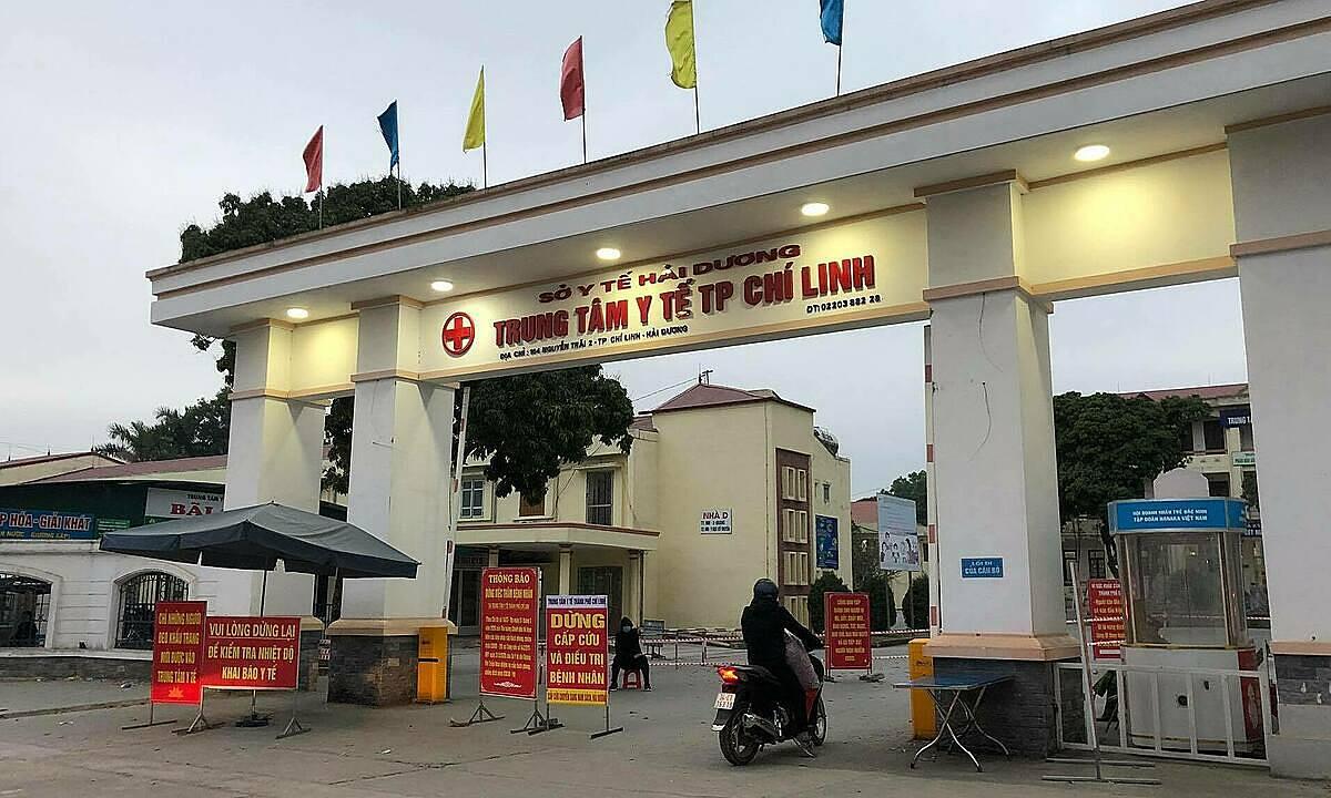 Thông báo về các biện pháp phòng chống dịch Covid-19 giăng trước cổng Trung tâm Y  tế Chí Linh hôm nay.