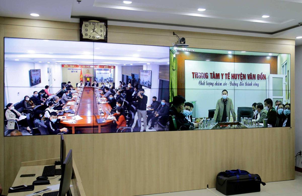 Ban chỉ đạo chống dịch tỉnh Quảng Ninh họp trực tuyến triển khai các biện pháp chống dịch liên quan ca nhiễm 1553, tối 27/1. Ảnh do UBND tỉnh cung cấp.