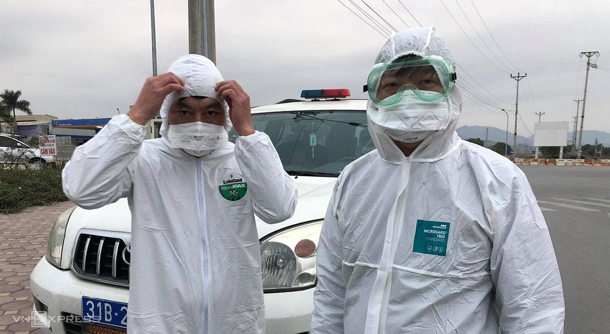 Các chuyên gia dịch tễ chuẩn bị lấy mẫu bệnh phẩm công nhân nhà máy Poyun ở Chí Linh, Hải Dương, ngày 28/1. Ảnh: Thế Quỳnh.
