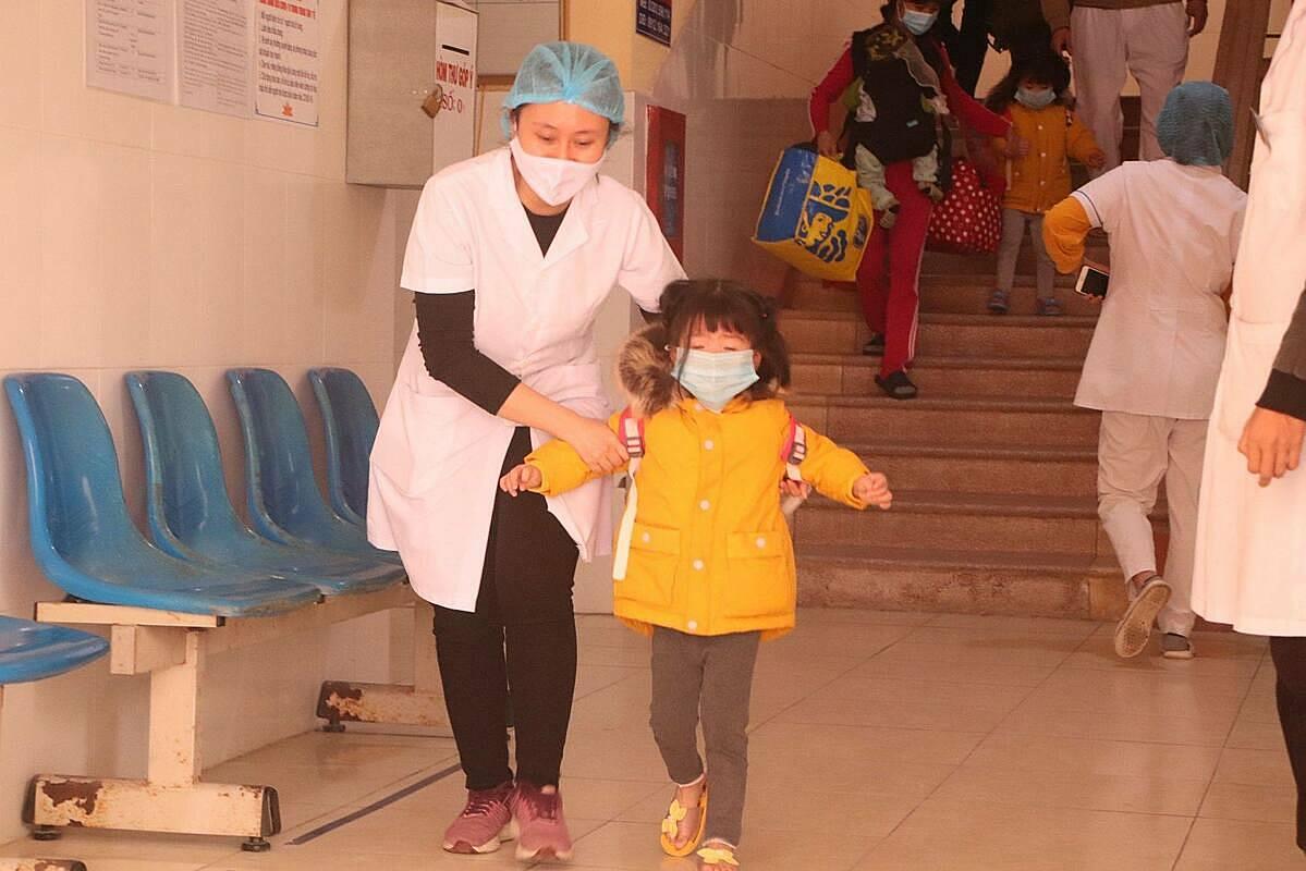 Di chuyển bệnh nhân có kết quả xét nghiệm âm tính khỏi Trung tâm Y tế Chí Linh để Trung tâm đón bệnh nhân Covid-19. Ảnh: Huy Hoàng.