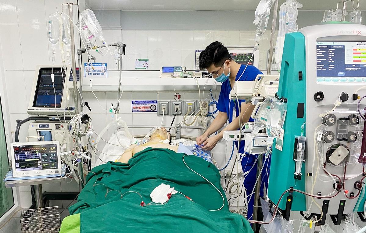 Bệnh nhân được lọc máu liên tục và điều trị tích cực tại Khoa hồi sức tích cực - Chống độc. Ảnh: Bệnh viện cung cấp