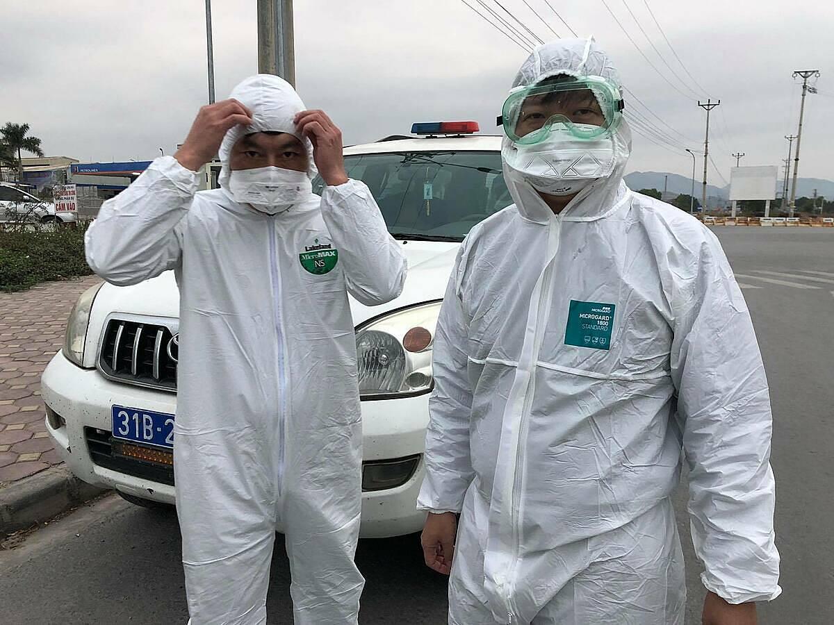 Các chuyên gia chống dịch, từ trung ương tăng cường, chuẩn bị vào điều tra dịch tễ tại công ty Poyun, Hải Dương, ngày 28/1.