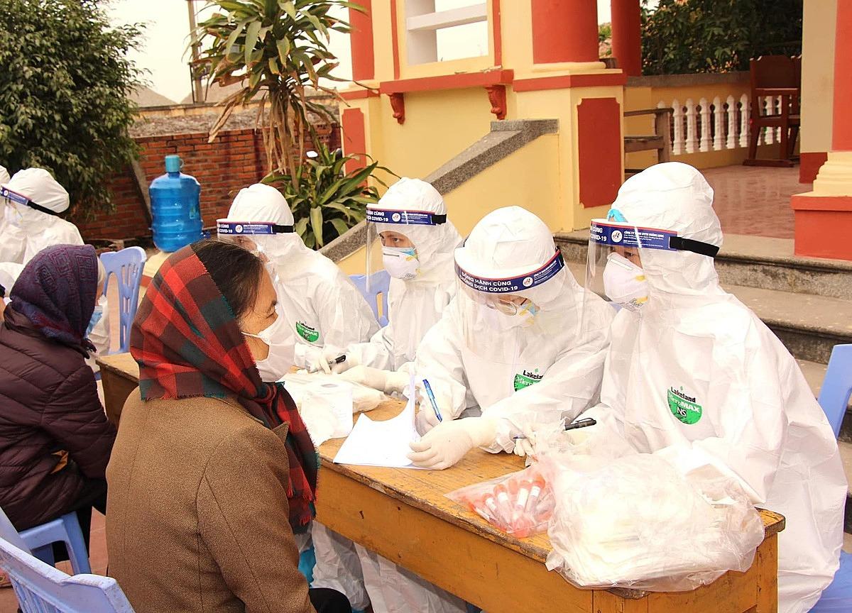 Người dân Chí Linh, Hải Dương xét nghiệm nCoV. Ảnh: Bộ Y tế.