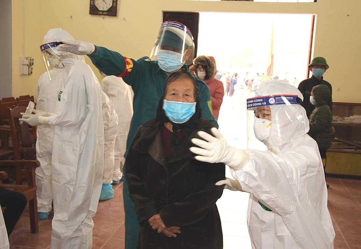 Người dân Chí Linh đi lấy mẫu xét nghiệm. Ảnh: Bộ Y tế.