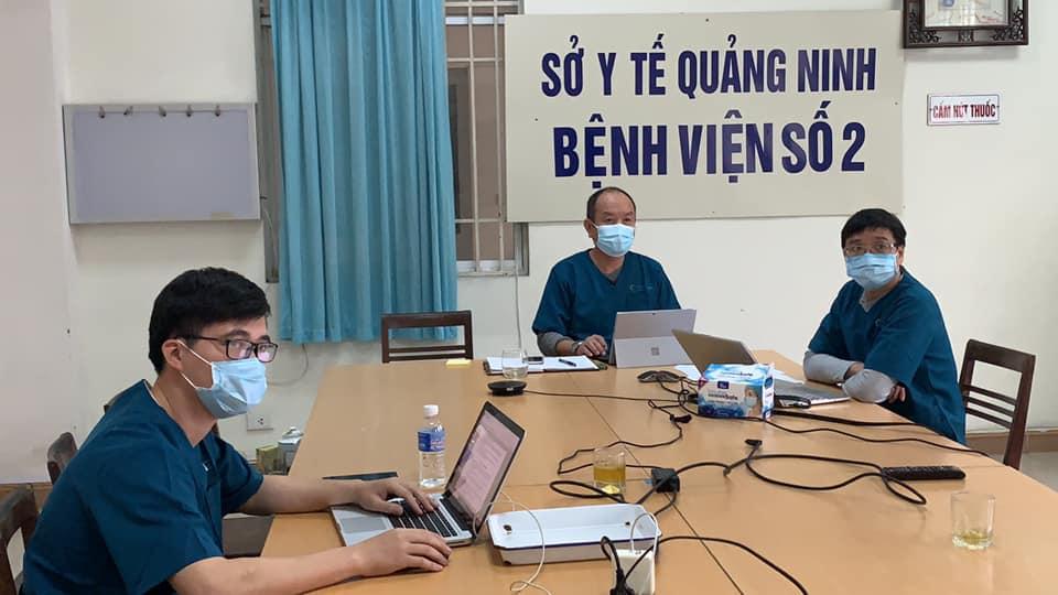 Đầu cầu bệnh viện số 2, các bác sĩ hội chẩn tình hình các bệnh nhân. Ảnh: Thế Thiêm.