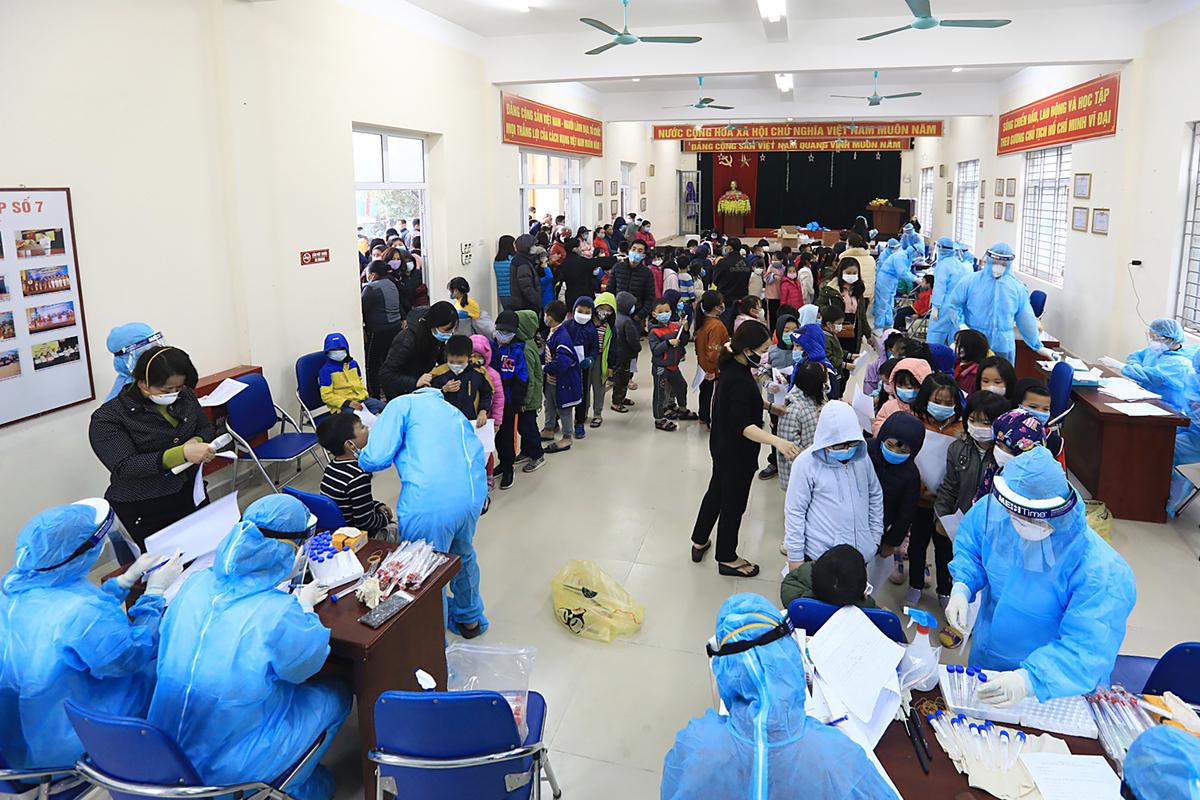 Lực lượng y tế quận Nam Từ Liêm tổ chức lấy mẫu xét nghiệm Covid-19 cho khoảng 1.000 học sinh của trường tiểu học Xuân Phương, ngày 31/1. Ảnh: Giang Huy.