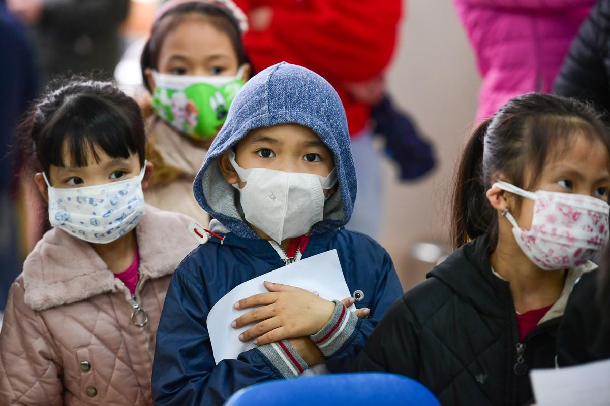 Học sinh của trường tiểu học Xuân Phương, Hà Nội lấy mẫu xét nghiệm Covid-19, ngày 31/1. Ảnh: Giang Huy.