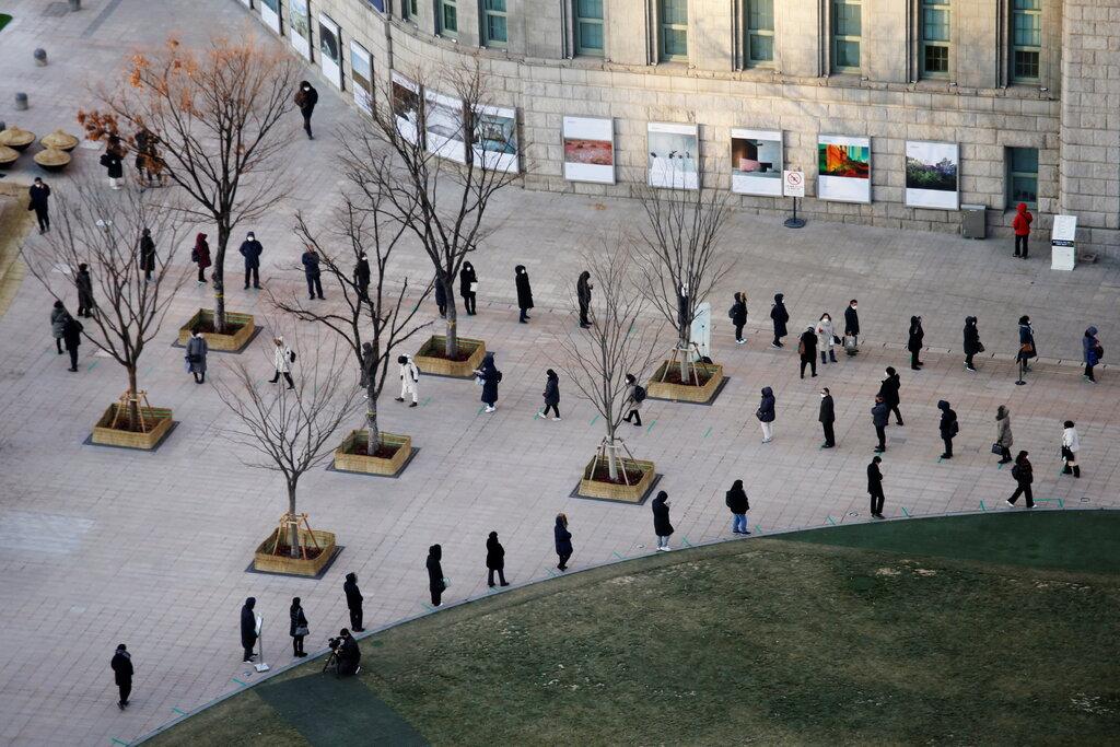 Người dân xếp hàng chờ xét nghiệm nCoV tại Seoul, tháng 12/2020. Ảnh: Reuters