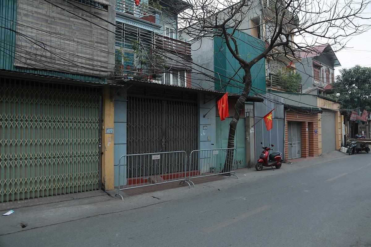 Khu vực nhà của bệnh nhân 1694 ở đường Phúc Diễn, Nam Từ Liêm, Hà Nội, bị cách ly. Ảnh: Văn Phong.