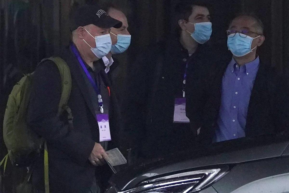 Các chuyên gia trong phái đoàn WHO rời khách sạn để thực hiện chuyến thăm thực địa tại Vũ Hán, ngày 1/2. Ảnh: AP