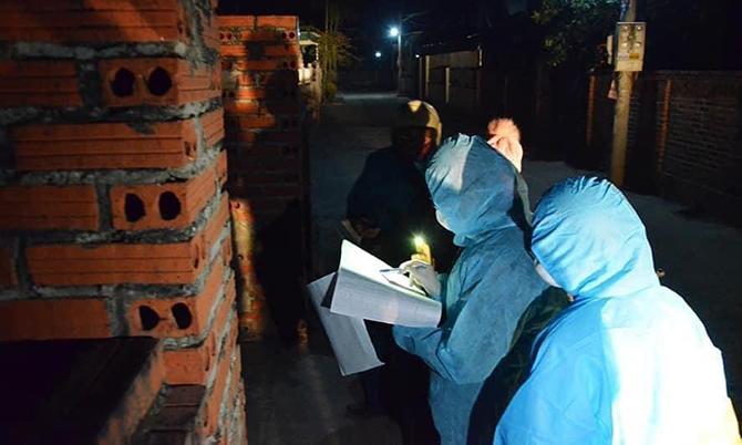 Nhóm bác sĩ khoảng hai đến ba người đi đến từng hộ dân để truy vết và xét nghiệm. Ảnh: Bác sĩ cung cấp