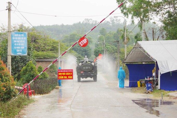 Xe quân đội phun khử khuẩn tại thôn An Biên, xã Thủy An, thị xã Đông Triều ngày 29/1. Ảnh:Văn Đạm