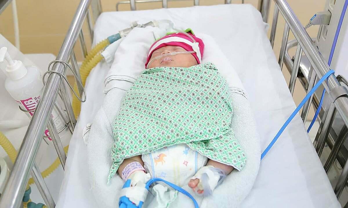Em bé dangd dược chăm sóc tại Bệnh viện Đa khoa Đức Giang. Ảnh: Bệnh viện cung cấp.