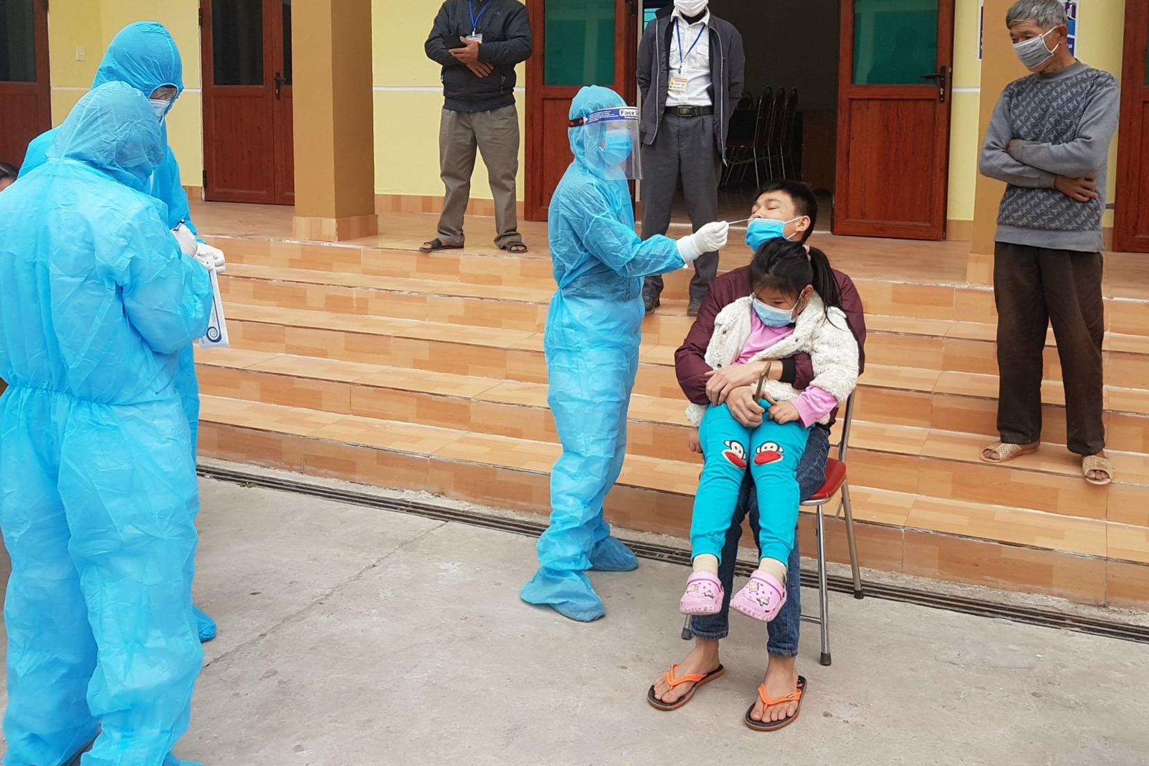 Lấy mẫu bệnh phẩm người dân thị trấn Đông Triều xét nghiệm nCoV. Ảnh do bác sĩ cung cấp.