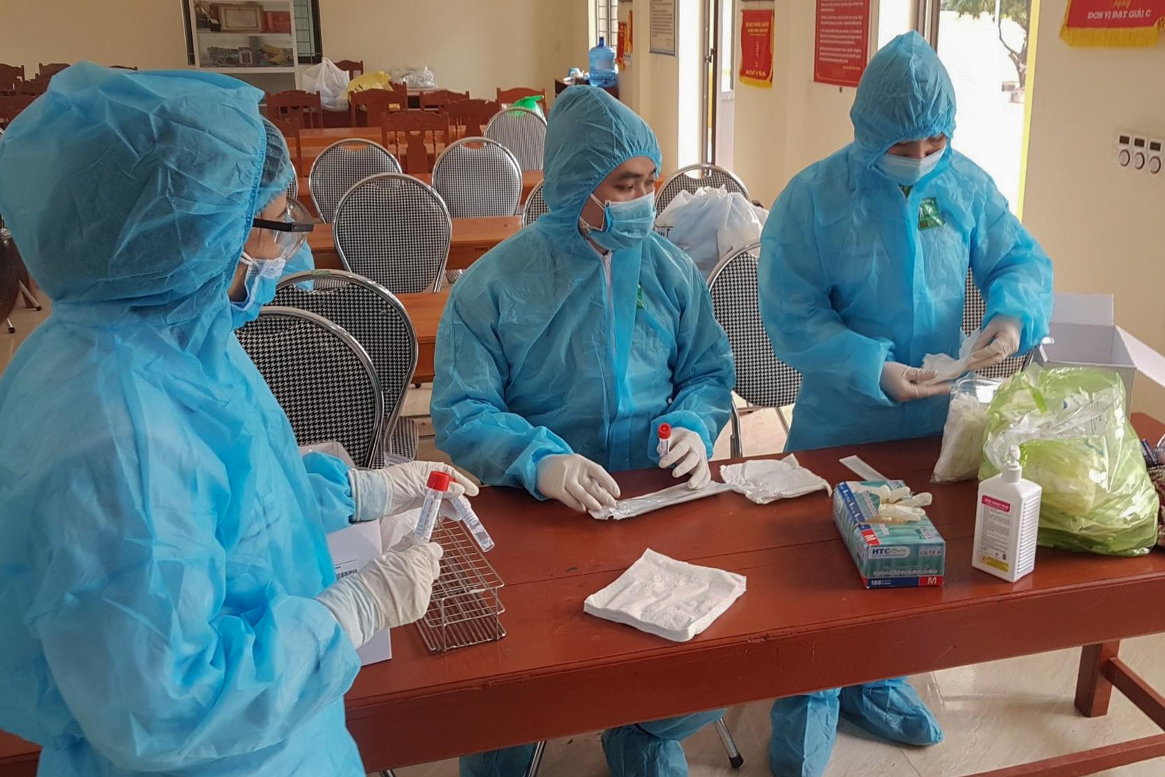 Đội truy vết dịch tễ đang lấy mẫu người dân thị xã Đông Triều để xét nghiệm nCoV. Ảnh do bác sĩ cung cấp.