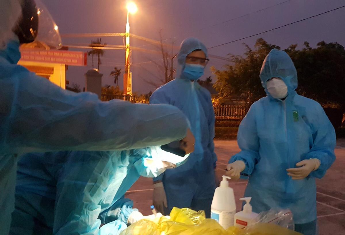 Đội truy vết dịch tễ tại thị xã Đông Triều, Quảng Ninh, đêm 31/1. Ảnh do bác sĩ cung cấp.