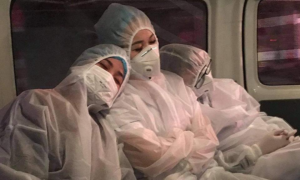Chị Huyền (ngoài cùng bên trái) cùng các đồng nghiệp tranh thủ chợp mắt trên đường đi lấy mẫu xét nghiệm. Ảnh: Đức Tuỳ