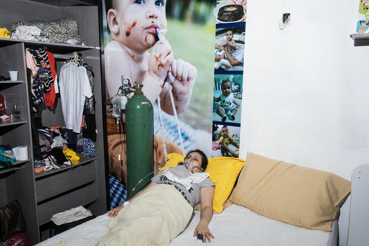 Một bệnh nhân Covid-19 34 tuổi tại nhà riêng ở Manaus, ngày 22/1. Ảnh: WSJ
