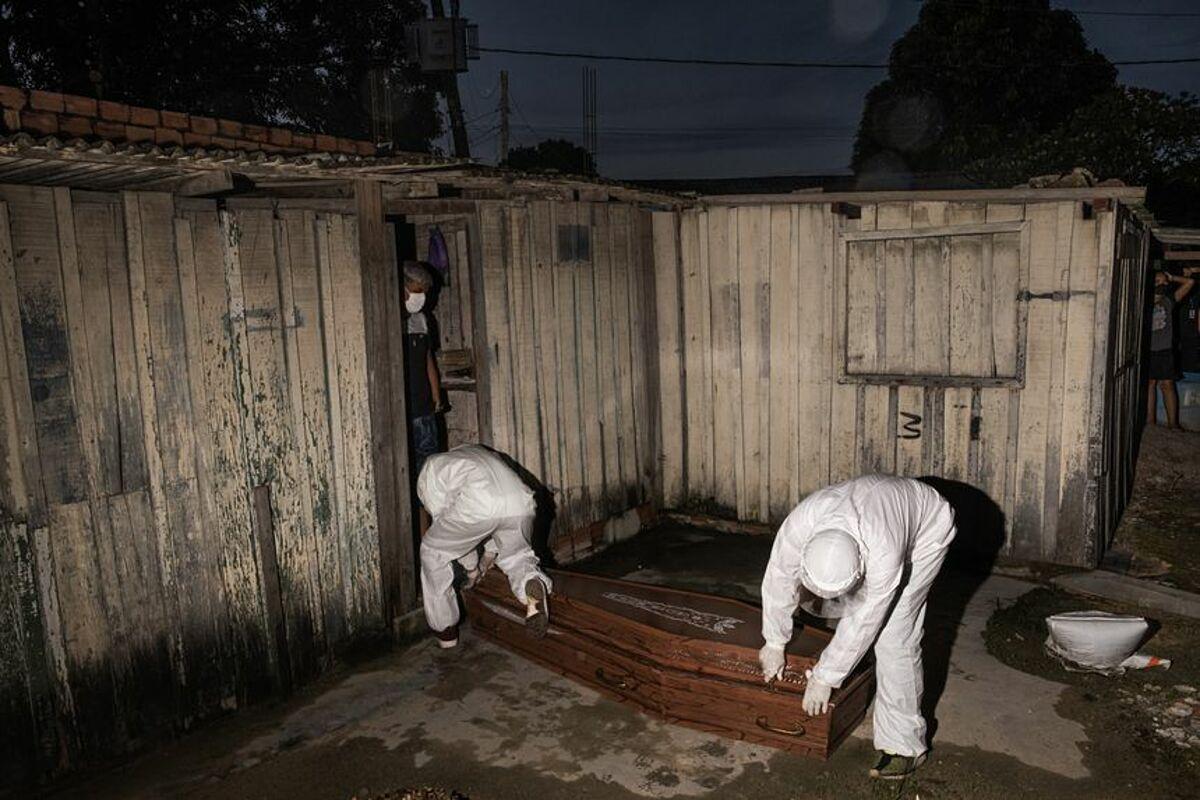Các nhân viên nhà tang lễ vận chuyển quan tài của bệnh nhân 57 tuổi chết vì Covid-19. Ảnh: WSJ
