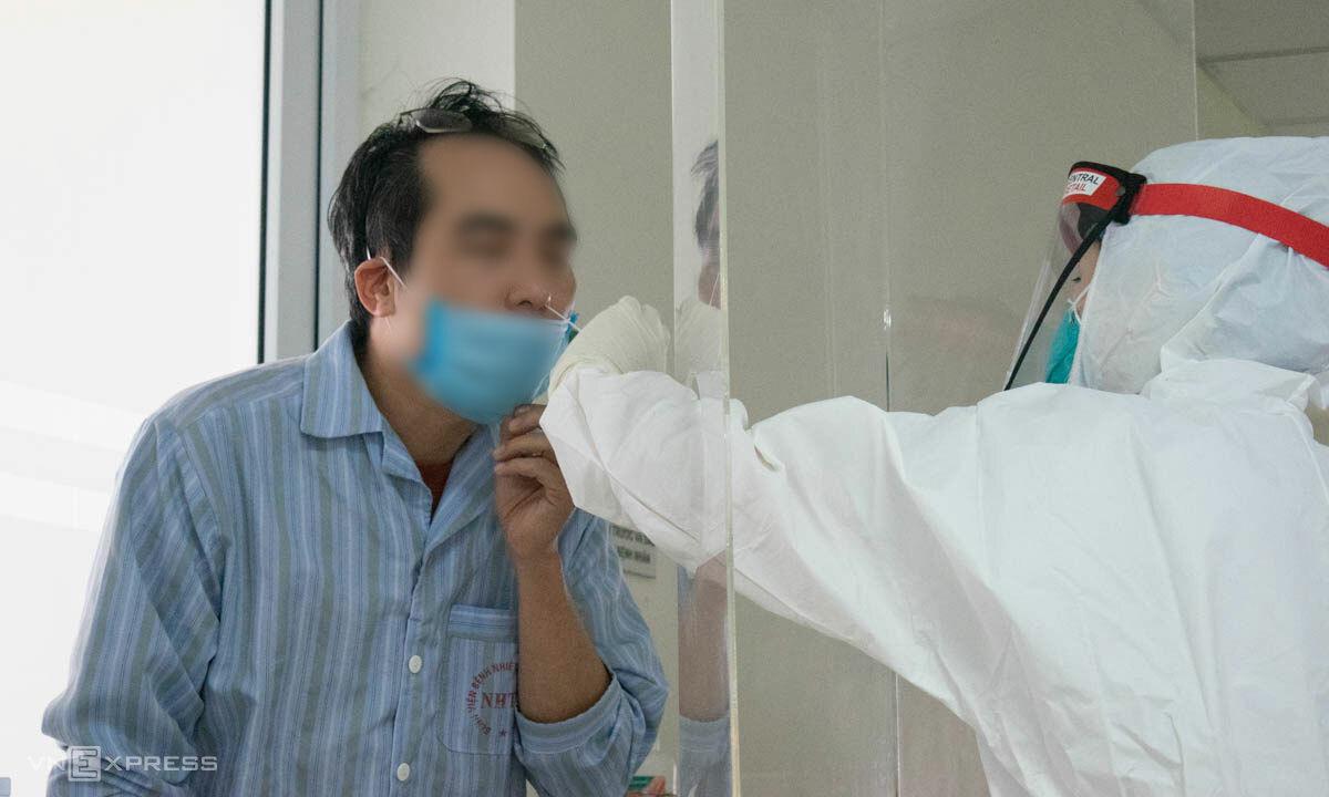 Bệnh nhân Covid-19 dương tính được lấy mẫu xét nghiệm tại Bệnh vineej Bệnh nhiệt đới Trung ương. Ảnh: Chi Lê.