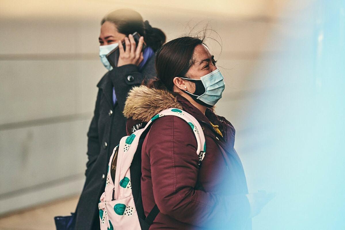 Nguời dân Mỹ đeo khẩu trang khi đi ra ngoài để tránh lây nhiễm nCoV. Ảnh: NY Times