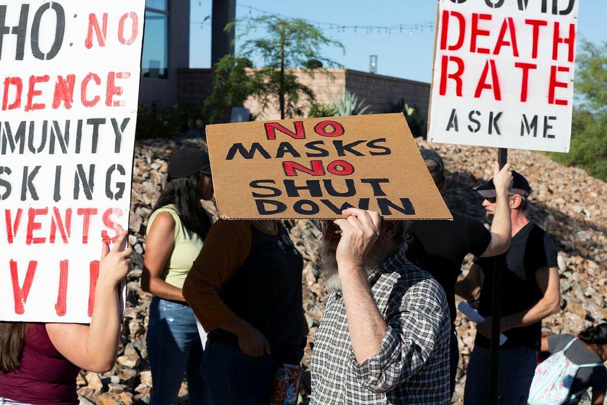 Những người biểu tình phản đối chính sách đeo khẩu trang và phong toả bên ngoài toà thị chính Tucson, năm 2020. Ảnh: Reuters