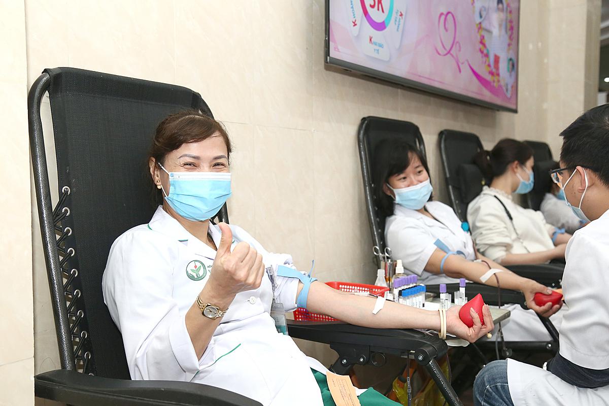 Y bác sĩ Bệnh viện Việt Đức hiến máu sáng 4/2. Ảnh: Kim Oanh.