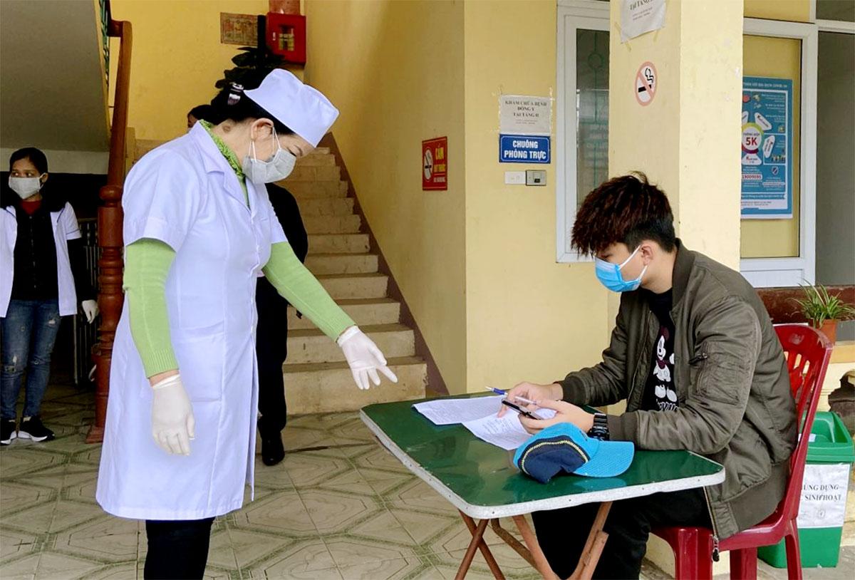 Cán bộ y tế ở huyện Cẩm Xuyên hướng dẫn người dân khai báo y tế. Ảnh: Thành Vinh