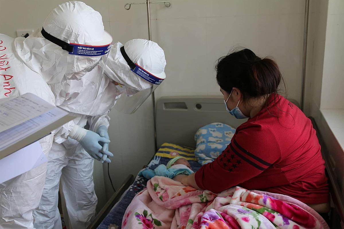 Các bác sĩ Bạch Mai thăm khám cho bệnh nhi 27 ngày tuổi. Ảnh: Trung Sơn.
