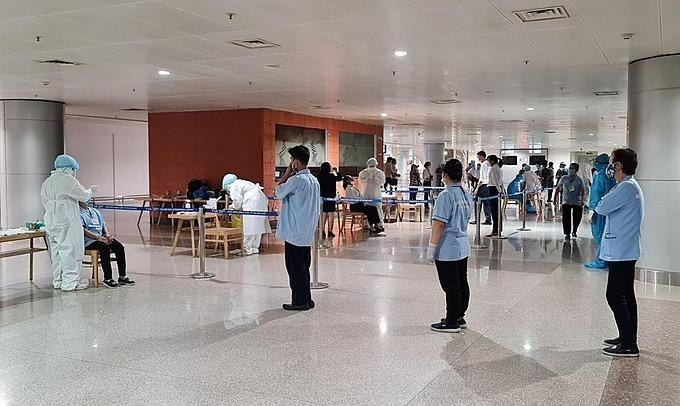 Nhân viên y tế lấy mẫu xét nghiệm nhân viên Cảng hàng không quốc tế Tân Sơn Nhất ngày 30/1. Ảnh: Trung tâm Kiểm soát Bệnh tật TP HCM.