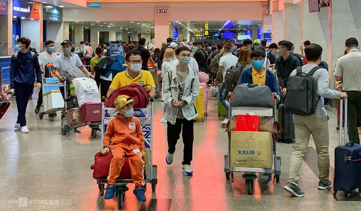 Hành khách tại sân bay Tân Sơn Nhất ngày 5/2. Ảnh: Quỳnh Trần.