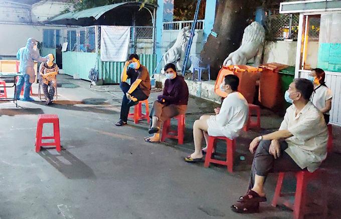 Nhân viên y tế lấy mẫu xét nghiệm nhân viên Tân Sơn Nhất tối 7/2. Ảnh do bác sĩ cung cấp.