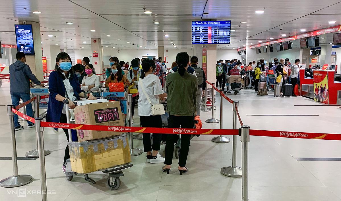 Hành khách tại sân bay Tân Sơn Nhất ngày 5/12/2021, trong dịp tết Tân Sửu. Ảnh: Quỳnh Trần