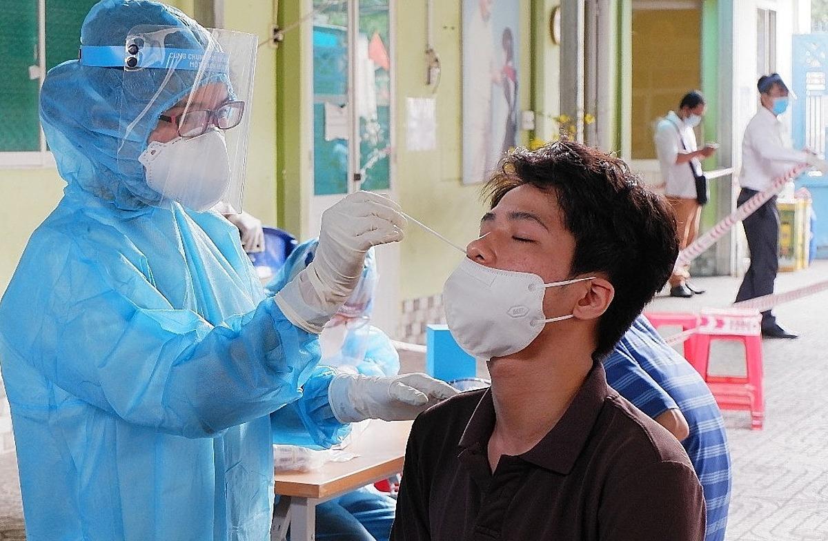 Lấy mẫu người dân tại khu Mả Lạng. Ảnh: Trung tâm Kiểm soát Bệnh tật TP HCM.