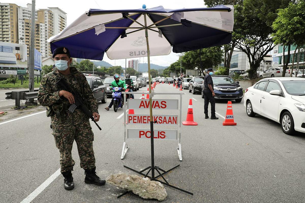 Chốt cảnh sát kiểm dịch tại Malaysia. Ảnh: Reuters