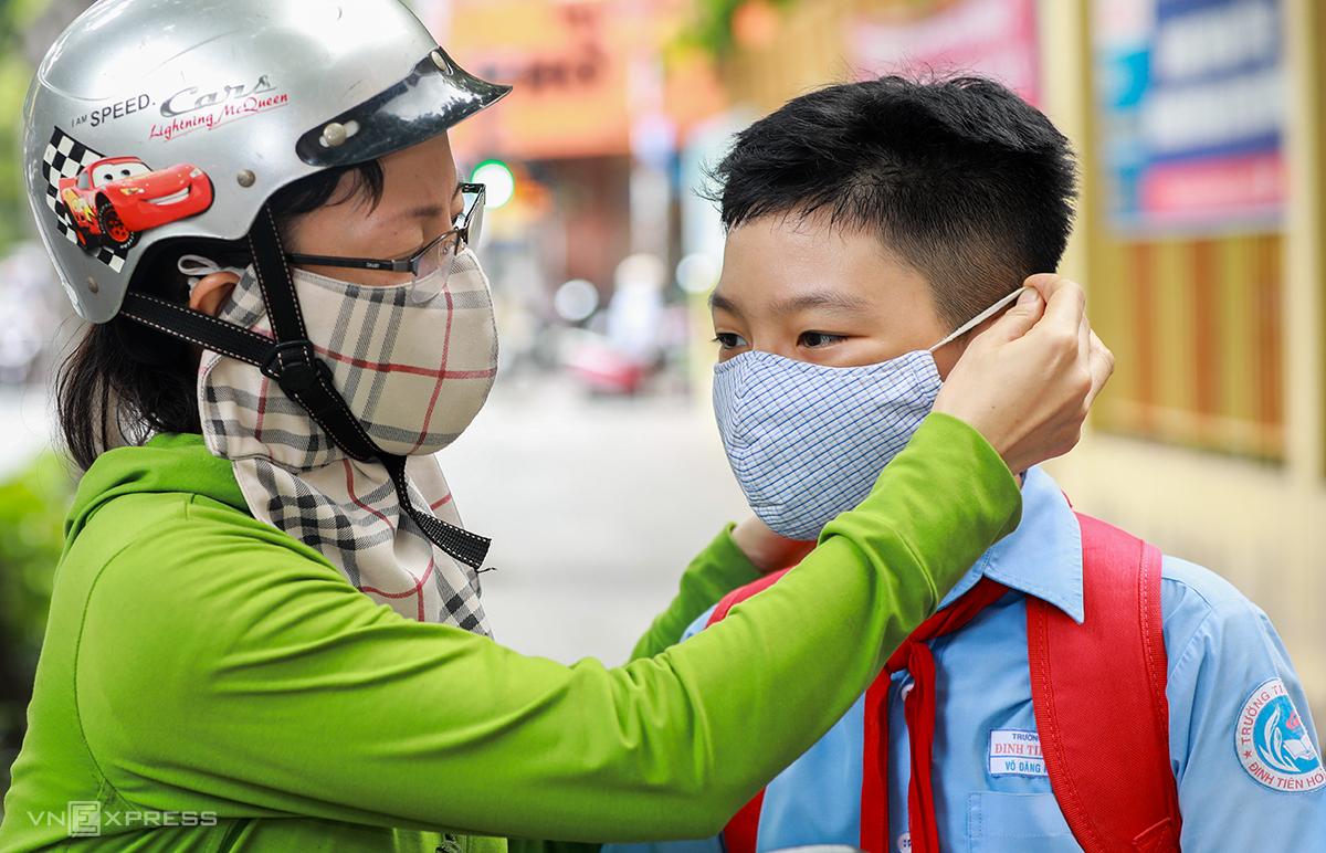 Ngày 8/5/2020, học sinh tiểu học Đinh Tiên Hoàng (quận 1, TP HCM) đến trường học sau hơn 3 tháng nghỉ vì Covid-19. Các em được đo thân nhiệt, rửa tay, đeo khẩu trang trước khi vào lớp. Ảnh: Quỳnh Trần.