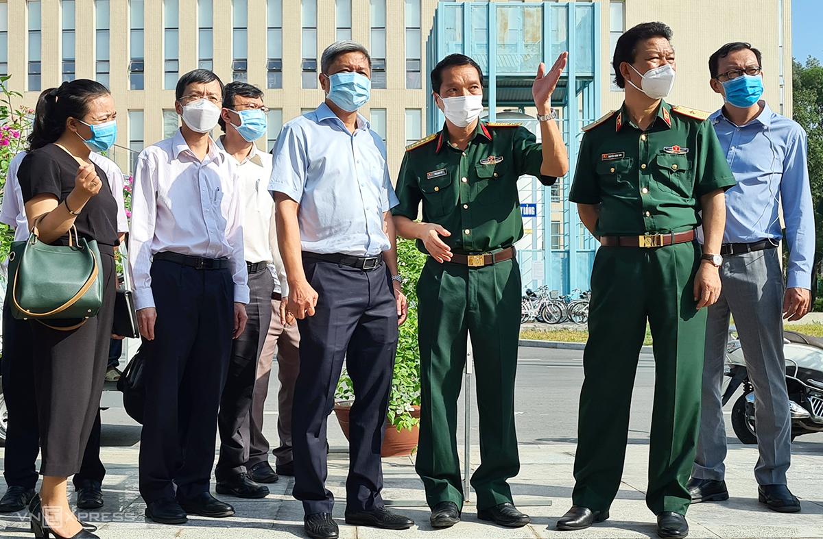Thứ trưởng Y tế Nguyễn Trường Sơn (áo trắng, ở giữa) trao đổi với lãnh đạo Bệnh viện Quân y 175 về công tác phòng chống Covid-19 tại viện sáng 10/2. Ảnh: Lê Phương.