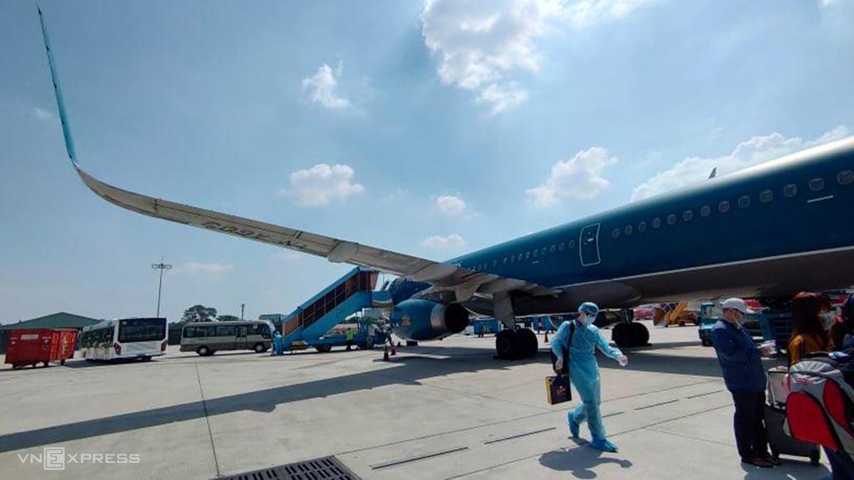 Sân bay Tân Sơn Nhất ngày 9/2, hành khách mặc đồ bảo hộ chuẩn bị lên máy bay về quê ăn Tết. Ảnh: Cao Hà.