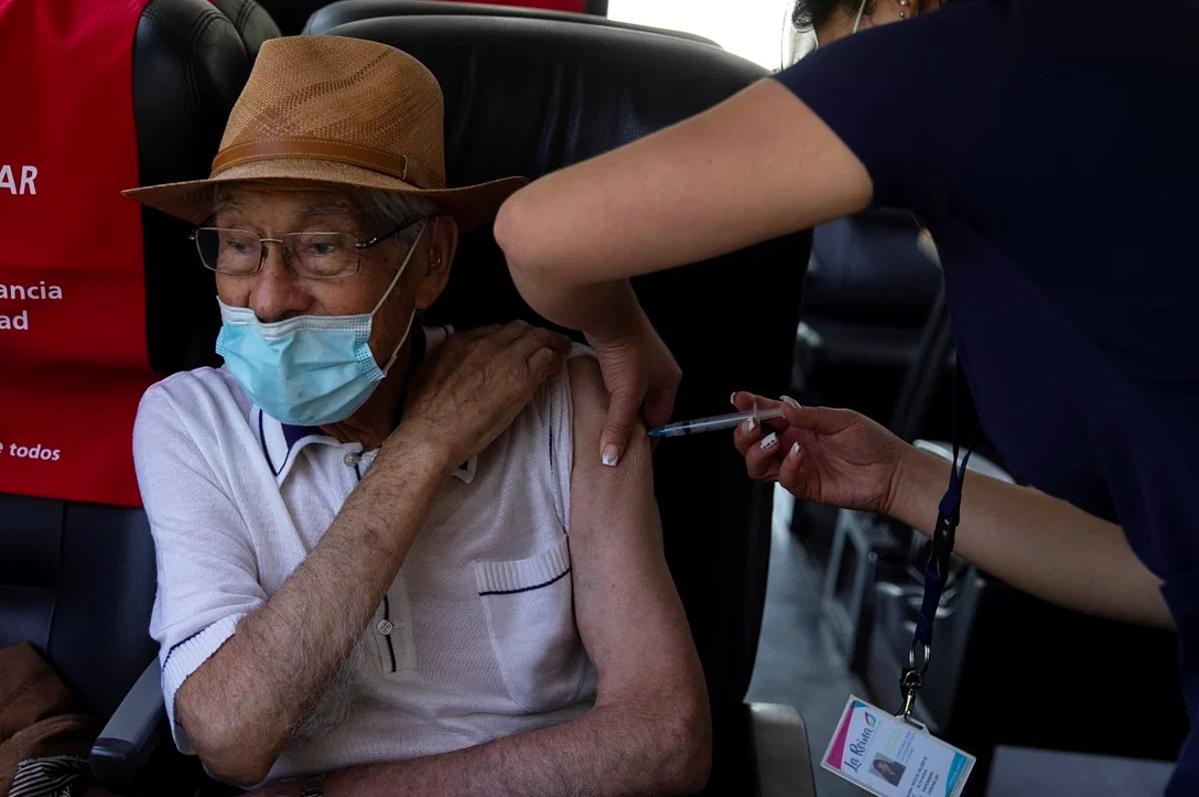 Người dân Chile được tiêm vacicne AstraZeneca tại một điểm tiêm chủng ở Santiago, ngày 8/2. Ảnh: EPA-EFE
