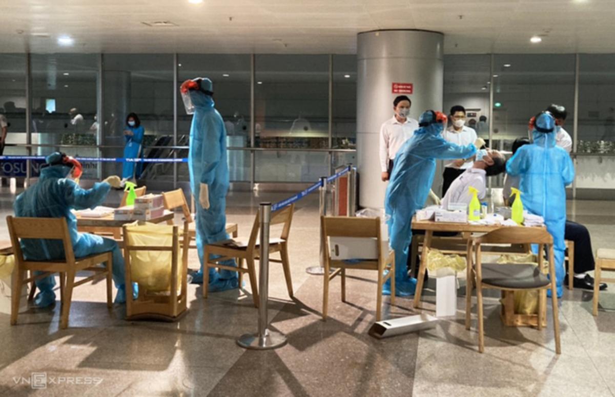 Lấy mẫu xét nghiệm tại sân bay Tân Sơn Nhất. Ảnh: Trung Sơn.