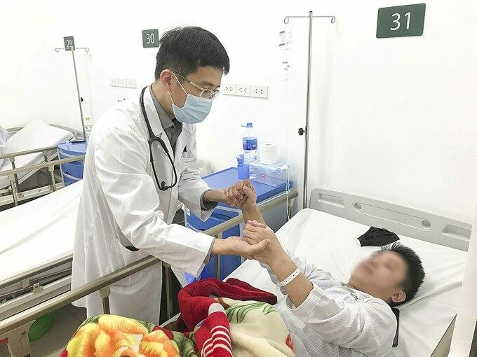 Một bệnh nhân đột quỵ được điều trị tại Bệnh viện Bạch Mai. Ảnh: Đỗ Hằng.