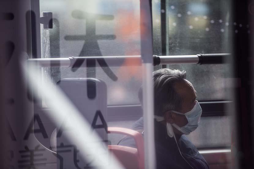 Một cụ già trên chuyến xe buýt ở thành phố Hàng Châu. Ảnh: Sixth Tone.