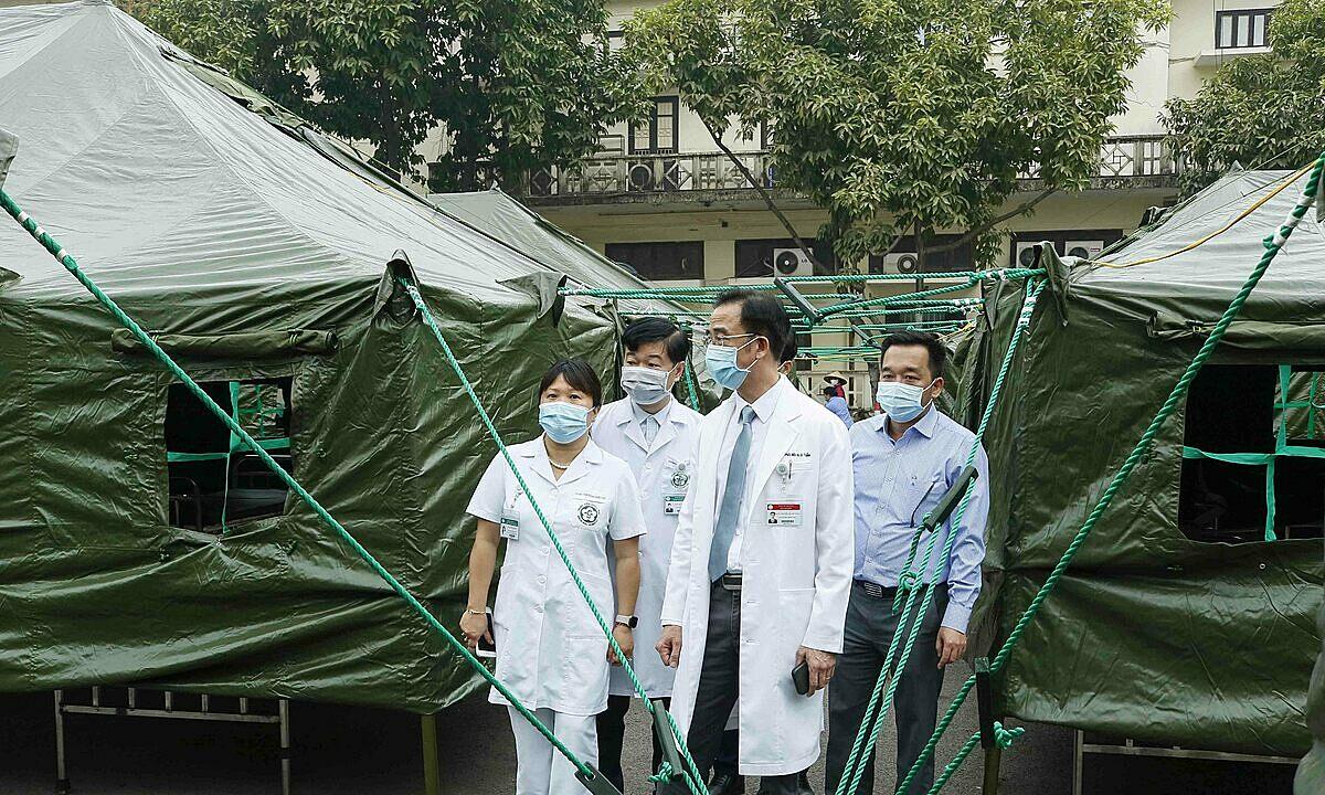 Bạch Mai lập bệnh viện dã chiến ngay tại khuôn viên. Ảnh: Thành Dương.