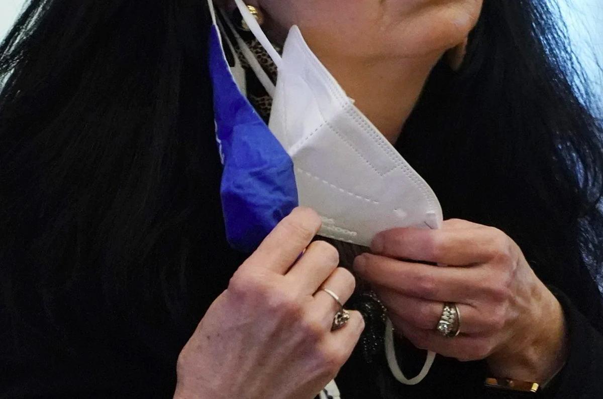 Một nghị sĩ Mỹ điều chỉnh khẩu trang khi đặt câu hỏi tại Điện Capitol ở Jackson, Missouri. Ảnh: AP