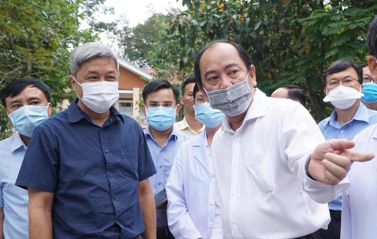 Thứ trưởng Sơn (thứ hai từ trái qua) thị sát bệnh viện và chúc tết đồng nghiệp sáng 11/2. Ảnh: Thư Anh.